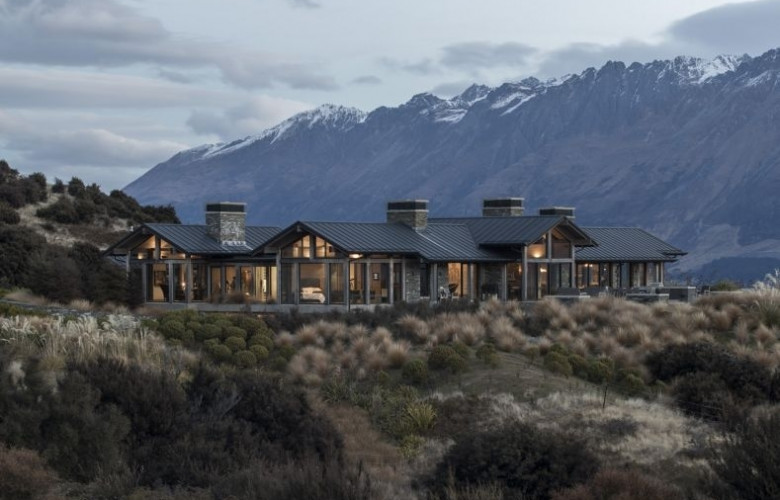 Mountain lodge overlooking lake wakatipu is new zealand 39 s for Luxury homes for sale new zealand